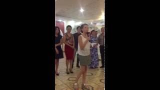 Девочка заплакала во время тоста, на свадьбе брата.
