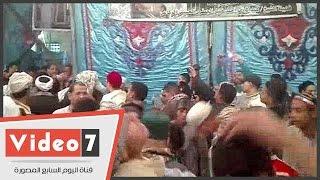 مريدو الحسين ينظمون حلقات مدح أمام مسجده احتفالا بمولده