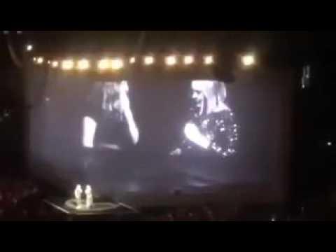 Fan sing ''Youth'' by Troye Sivan in Adele's Concert