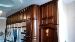 Деревянная прихожая со скрытыми дверями