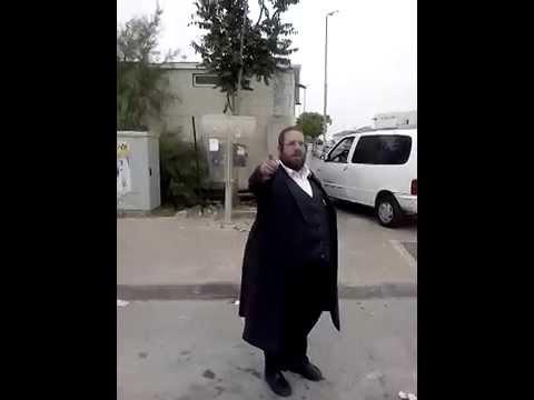 צפו: איש 'הציבור החרדי' חונה דייטש עומד בצפירה ביום הזיכרון ומתייחד עם חללי צה''ל