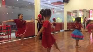 Giờ học múa : bé tập aerobic