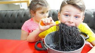 Али хочет есть Pororo Black Noodle, Адриана как няня для брата