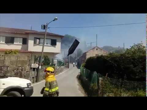 Se declara un incendio en una finca de A Gándara, Pontevedra, muy cerca de varias viviendas