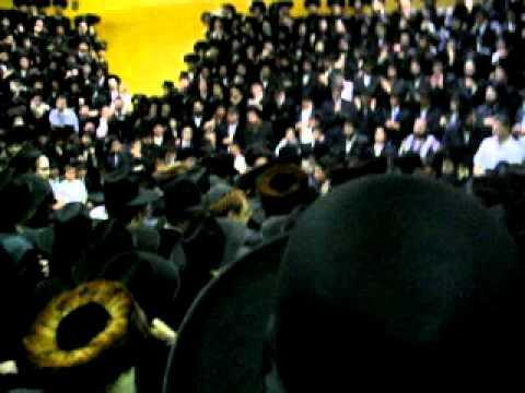 Skverrer Rebbe blesses Rosh Yeshiva of Yeshivas Chofetz Chaim