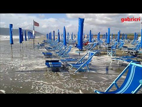 Grande mareggiata in toscana bagno paradiso settembre 2015 marina di carrara youtube - Bagno paradiso marina di carrara ...