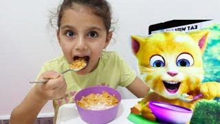 سوار تاكل مع القط المتكلم | eating and playing with ginger cat | Funny Cat eats Breakfast and Plays
