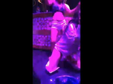 Nez konserde kadın hayranıyla seksi dans ediyor 2017