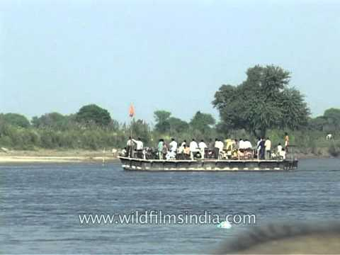 a-barge-crossing-the-yamuna-in-agra