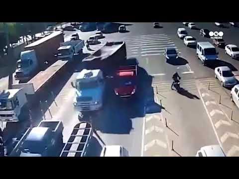 Un camión se quedó sin frenos y aplastó a un auto en un peaje