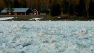 Islossning i Torneälven vid Polcirkeln i Juoksengi