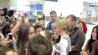 TAYLOR SWIFT MOBBED AT SYDNEY AIRPORT!!