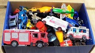 Caixa de carros de brinquedo caminhão de bombeiro e ambulância