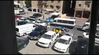 فيديو : شاهد شاب مخمور يرقص على السيارات في أحد شوارع الكويت ويضرب رجل أمن