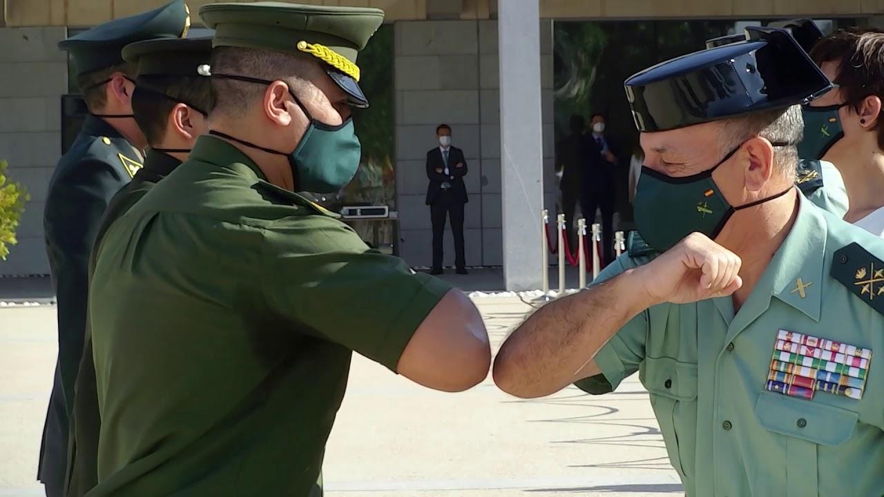 La Directora preside la despedida de la Bandera de los nuevos oficiales tras finalizar su formación
