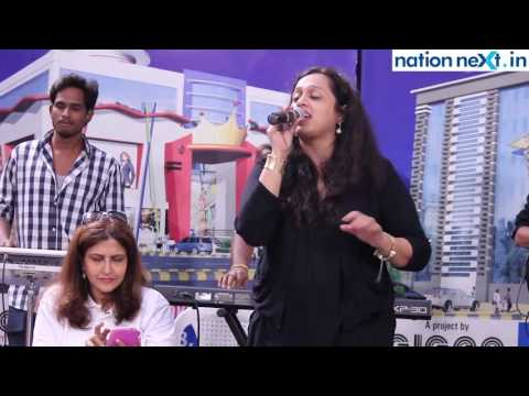 Vaishali Samant regales the audience with her hit songs at Fortune Mall, Sitabuldi, Nagpur
