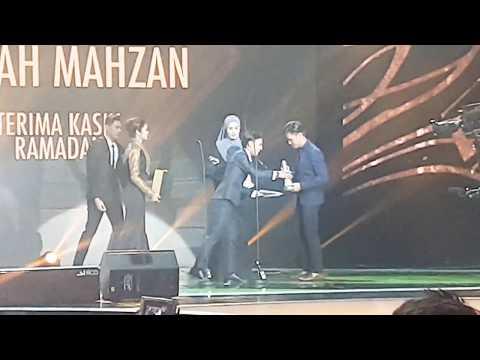 Comel Aiman Tino & Wany Hasrita atas stage Anugerah Skrin