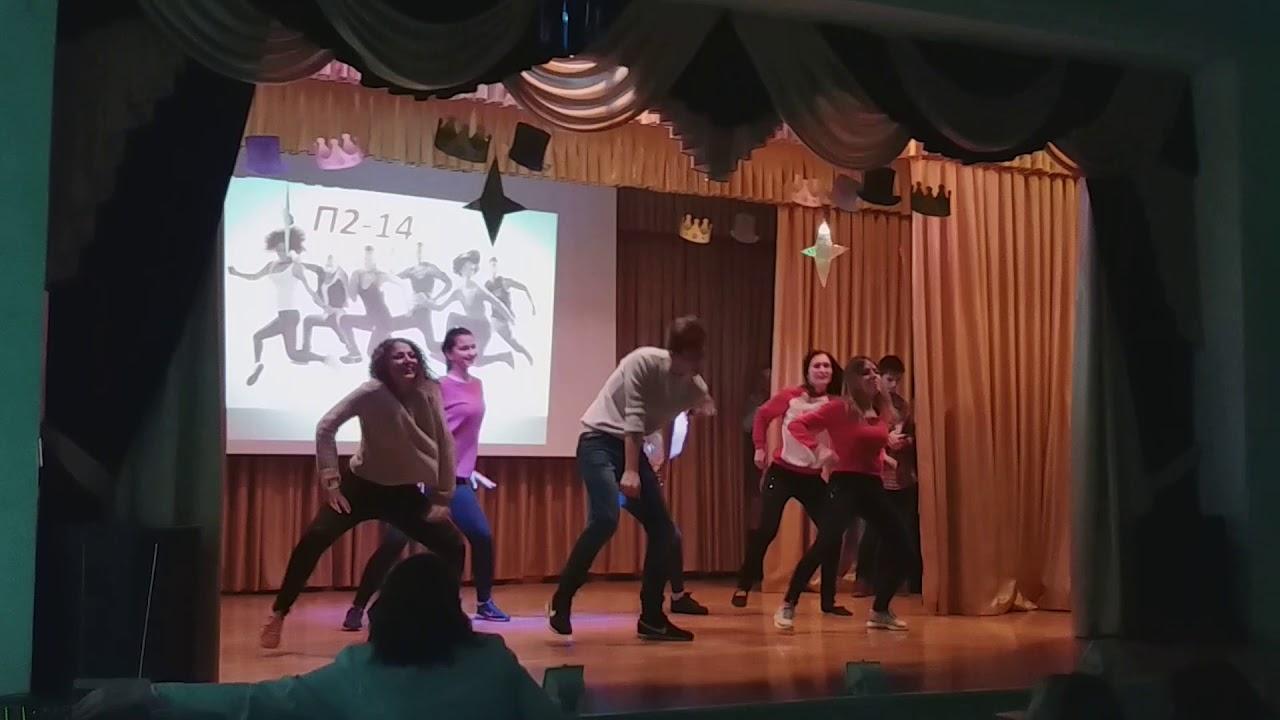 video-studentov-meduhi-sarova-krasivaya-zhenshina-bryunetka-yubke-korotkom