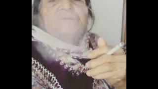 Sigara İçen yaşlı teyze