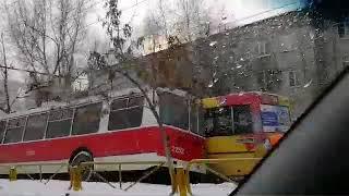 """На проспекте Строителей троллейбус """"завалился"""" на автобус"""