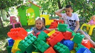 ДОМИК для детей из БОЛЬШОГО конструктора GIANT Construction for kids Настя и Саша строят дом