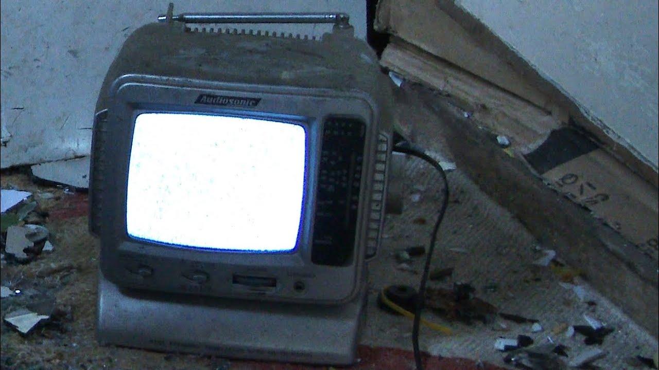 Goede Smashing an Audiosonic KM502R 5.5'' Black & White Portable QG-33
