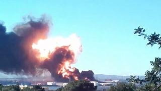 Espectacular incendio en el polígono Fuente del Jarro de Paterna, Valencia
