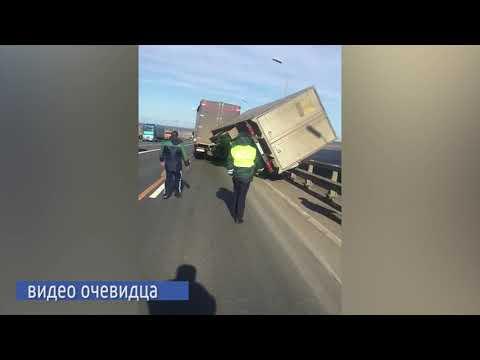 На трассе в Татарстане сильный ветер снес прицеп грузовика