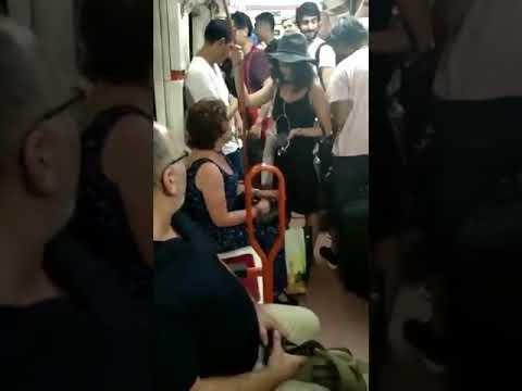 Usuarios del metro de Madrid reprenden a una pasajera por su comportamiento racista