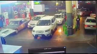 حريق سيارة هونداي في محطة بنزين