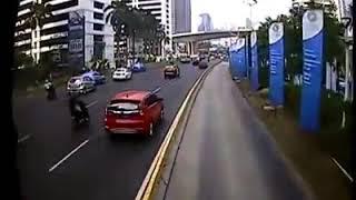 (Video Clips) Bus Transjakarta Hit Barrier in Jakarta