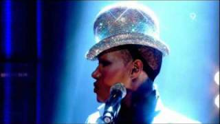 Grace Jones - Pull Up To The Bumper (Live Jools Holland 2008)