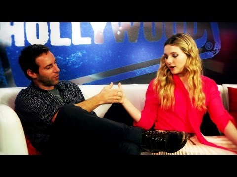 Abigail Breslin & Alessandro Nivola Declare a Thumb War