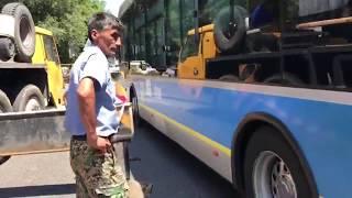 Водитель троллейбуса протаранил ограждения и ударил бутылкой рабочего
