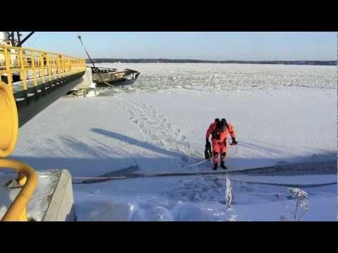 Valkon VPK:n sukeltajat irrottamassa köyttä laivan potkurista 1.2.2012