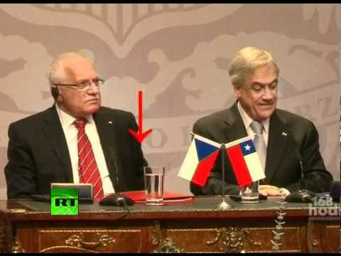 Video of Czech president Klaus 'stealing' pen during Chile ceremony