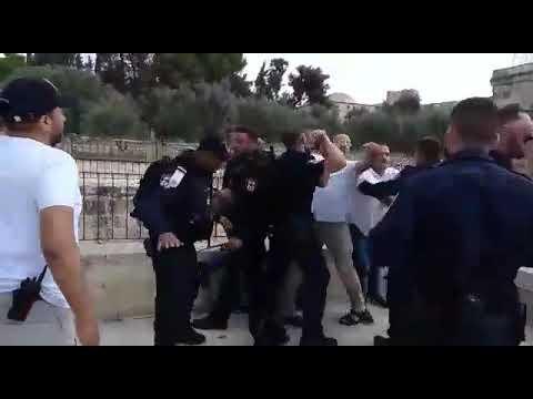 צפו: איש וואקף תוקף שוטרים בהר הבית