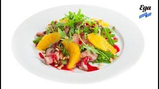 Салат с утиной грудкой, рукколой и клюквенным соусом