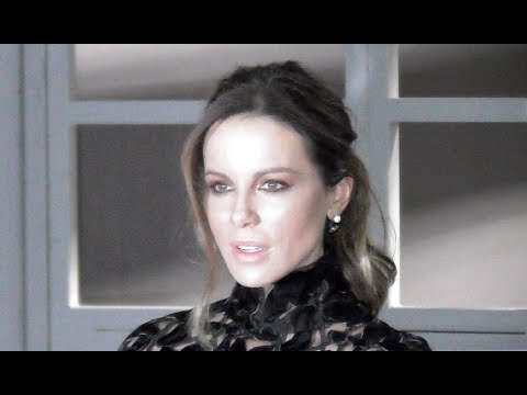 VIDEO Kate Beckinsale @ Paris 21 january 2019 Fashion Week show Giambattista Valli