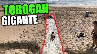 TOBOGAN DE AGUA GIGANTE EN LA PLAYA!! *slip and slide*