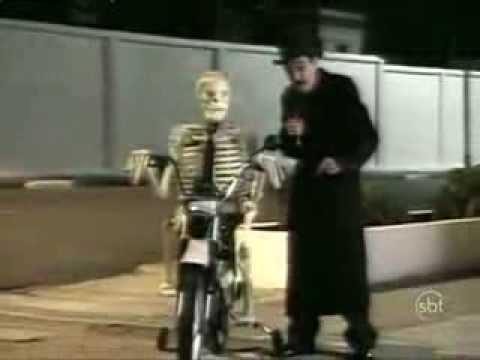 Skeleton on the motorcycle scares people- Prank Brazilian