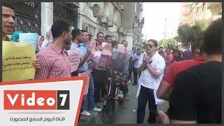 """بالفيديو..وقفة لأطباء التكليف أمام """"الصحة"""" احتجاجا على تنسيق المستشفيات التعليمية"""