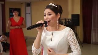 Невеста поет жениху. До слёз растрогала. Поёт дочка на заднем плане. смотреть до конца!