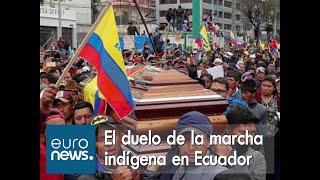 Policías obligados a portar el ataúd de un indígena muerto en las protestas de Ecuador