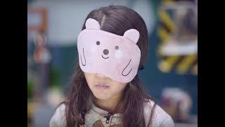 شاهد طفلة عبقرية تتعرف علي اشياء مختلفة وهي معصوبة العينين