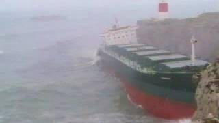 Fedra breaks in two in heavy seas