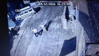 В Уфе камера видеонаблюдения зафиксировала, как сосед избивает многодетную мать