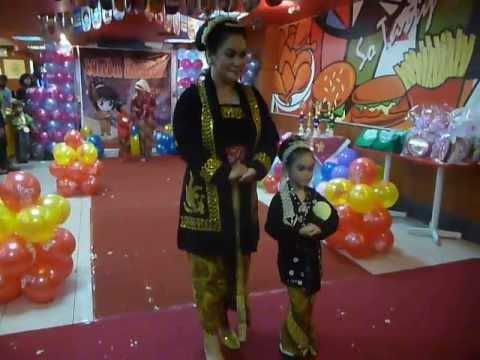 Fashion Show Chaki Club With Mom : Kartini Day (Evelyn P.S)