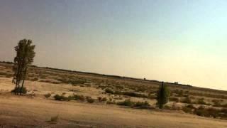ジャズを聴きながらドバイの砂漠を走る。