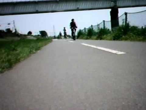 多摩川サイクリングロードの一部区間に段差舗装を設置しました(笑)
